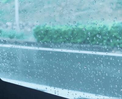 窓越しの雨